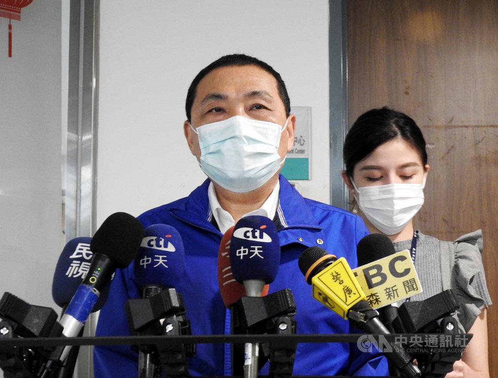 新北市長侯友宜(前)26日接受媒體聯訪時表示,區間平均速率執法迄今,整個儀器的校正都沒有問題,會持續執法,以保障用路人的安全。中央社記者王鴻國攝 109年5月26日