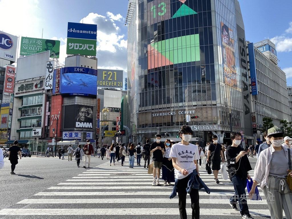 日本因應武漢肺炎疫情的「緊急事態宣言」解除,何時鬆綁入境管制備受關注。駐日官員表示,若日本鬆綁管制,台灣不可能晚於中、韓列入名單。圖為24日東京鬧區澀谷已見行人大增的景象。中央社記者楊明珠東京攝 109年5月24日