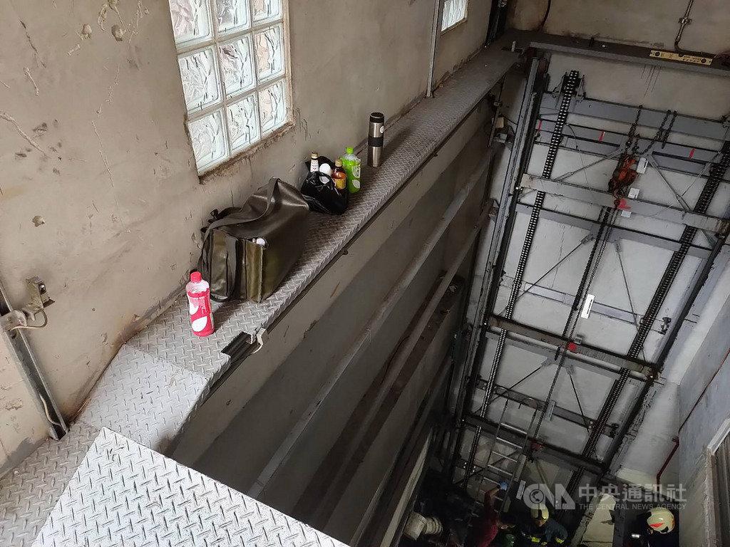 台北市萬華區一處建物的機械停車塔26日發生3名工人維修時意外受困事件,警消獲報到場救援,自地下室2樓救出3人,意識清醒,其中2人腳部骨折、1人頭部外傷,已送醫治療。(民眾提供)中央社記者黃麗芸傳真 109年5月26日