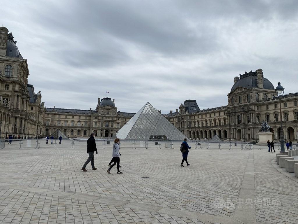 截至台灣時間26日下午3時40分,全球已有超過550萬人確診2019冠狀病毒疾病,逾2/3病例出現在歐美。圖為法國11日起逐漸解封,巴黎羅浮宮前依舊有隔離線,但周圍有不少人散步。中央社記者曾婷瑄巴黎攝 109年5月12日