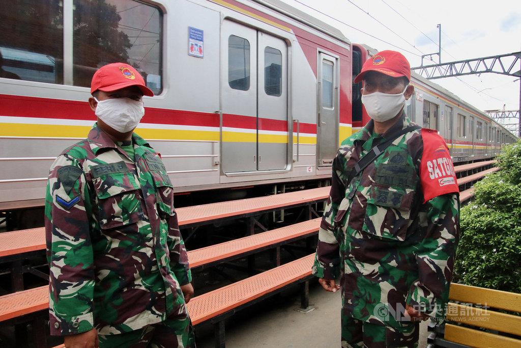 印尼國軍26日在雅加達南區的曼加拉車站駐守,確保民眾落實防疫新常態。印尼政府指出,將動員34萬軍警在1800個地方執勤,為解除封鎖做準備。中央社記者石秀娟雅加達攝 109年5月26日