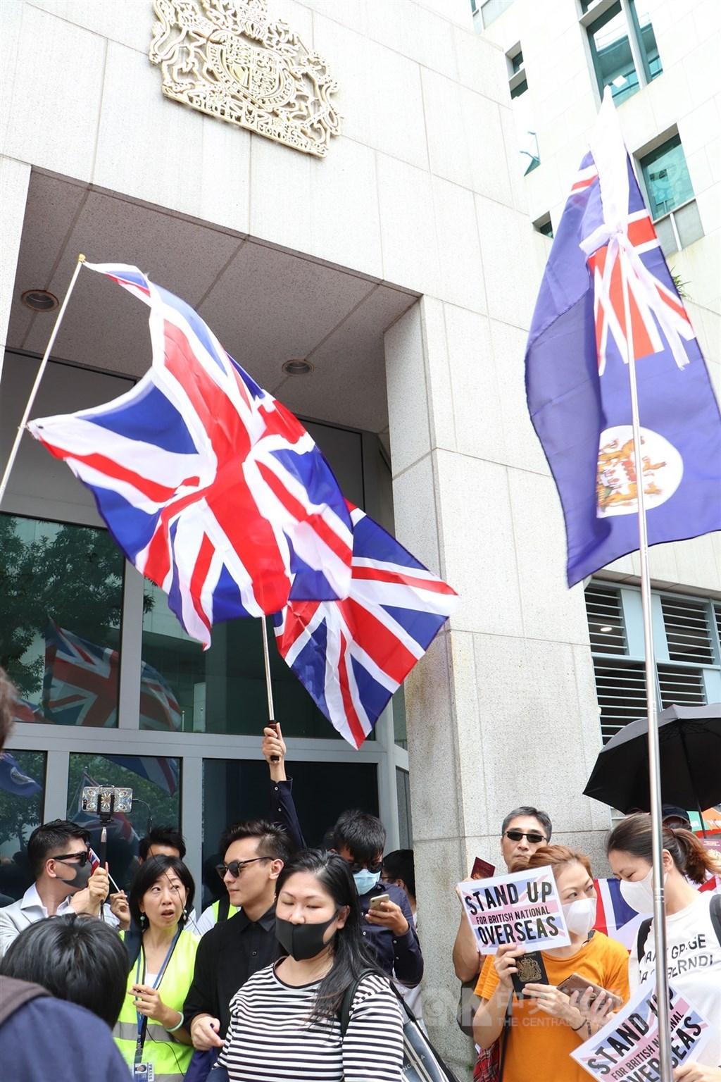 中國駐英國大使館發言人25日說,任何國家都不能藉口「中英聯合聲明」干預香港事務和中國內政。圖為2019年9月1日反送中運動期間大批港人到英國駐香港總領事館請願。(檔案照片)中央社記者張謙香港攝