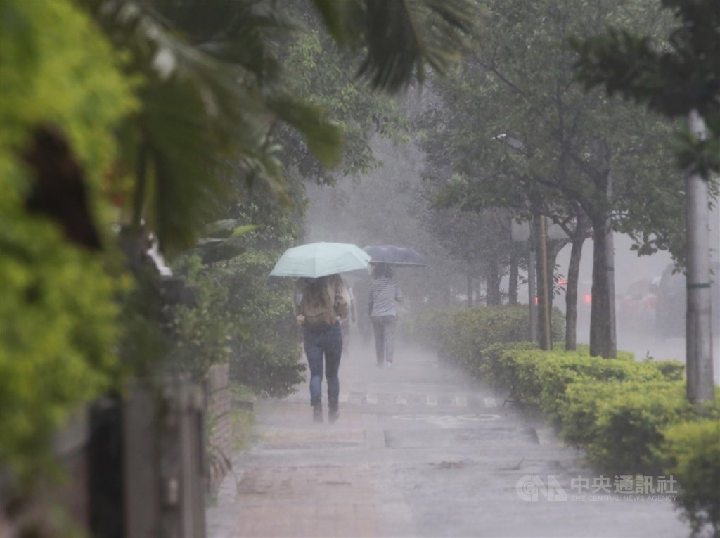 中央氣象局表示,預計26日深夜到27日是滯留鋒面影響最嚴重的時候。(中央社檔案照片)