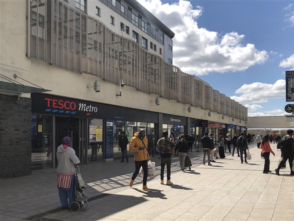 英國首相強生25日表示,英格蘭地區所有商店將可在6月15日恢復營業。圖為6日英國倫敦民眾保持安全距離排隊購買生活必需品。(檔案照片)中央社記者戴雅真倫敦攝
