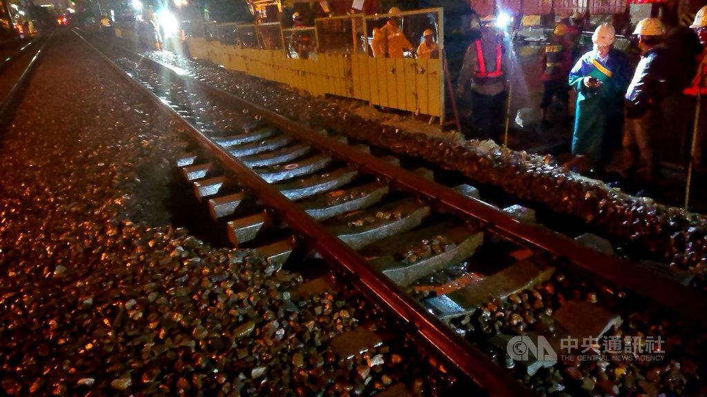 台鐵26日晚間通報,台南–保安間榮譽路平交道(K360+528處)受大雨影響,路基被掏空,目前先改為單線行車,台鐵已派員全力搶修。(台鐵局提供)中央社記者余曉涵傳真 109年5月26日