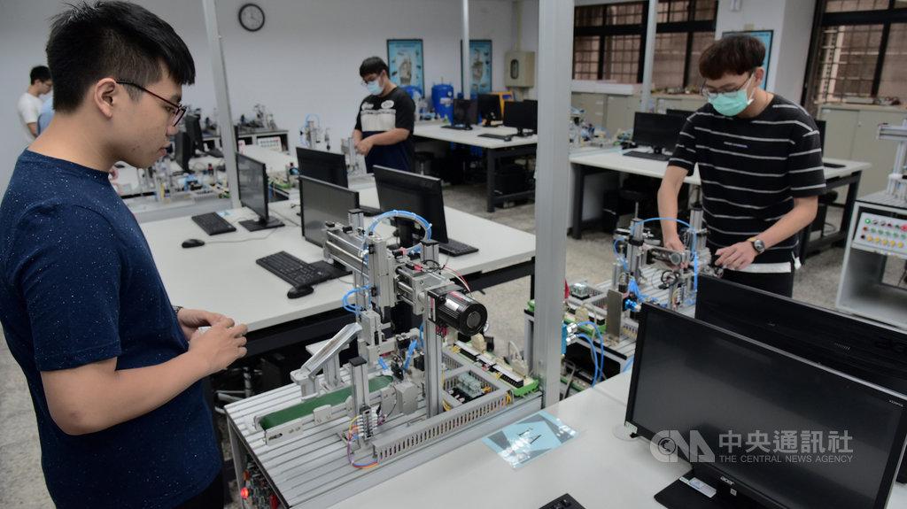 國立屏東大學設立智慧機器人學系,26日揭牌,學系前身為電腦與智慧型機器人學士學位學程,已培養許多機器人領域人才。(屏東大學提供)中央社記者郭芷瑄傳真 109年5月26日