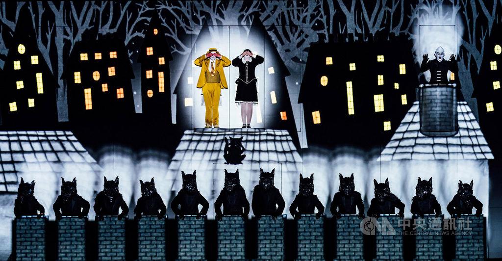 由柏林喜歌劇院與英國1927劇團聯手詮釋莫札特經典歌劇「魔笛」,打破傳統表演模式,讓演員與動畫、雜耍、歌舞、默劇等形式跨界融合演出,打造虛實交融的視覺體驗,2019年在高雄衛武營演出票房成績亮眼。(衛武營國家藝術文化中心提供)中央社記者趙靜瑜傳真 109年5月26日
