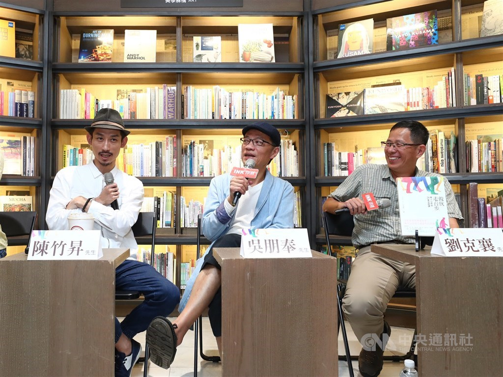 作家劉克襄(右)發文表示曾與演員吳朋奉(中)在「做伙走台步」新書座談體悟台語精髓,「可惜日後無緣再討教了。」(中央社檔案照片)