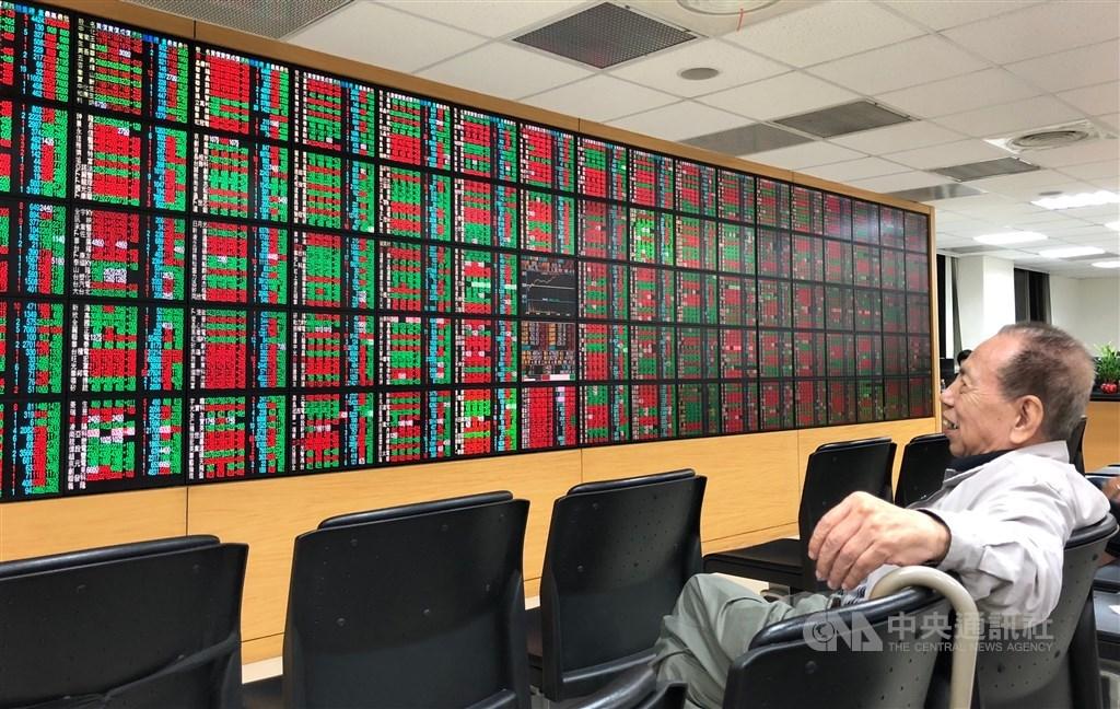 在資金回流電子股帶動下,台股26日盤中大漲逾175點,創疫情以來反彈波段新高。(中央社檔案照片)