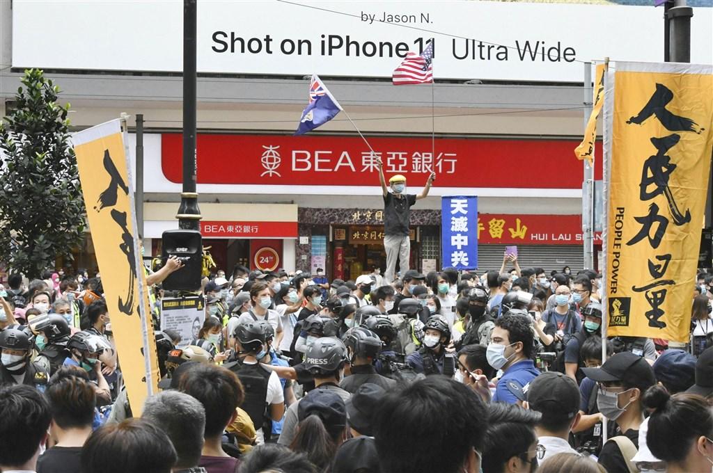 中國「港版國安法」草案條文出現更動。港媒報導,全國人大對條文中的「禁止危害國安的行為」加上了「活動」2字。圖為香港民眾24日上街抗議「港版國安法」。(共同社提供)