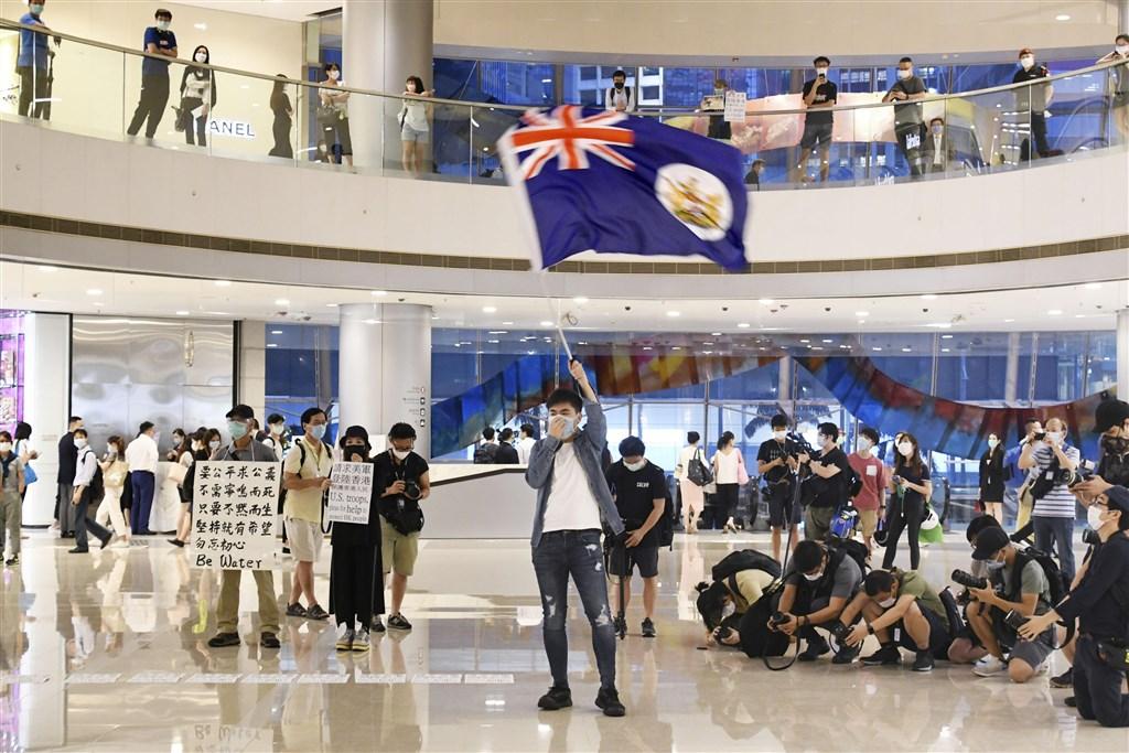 香港中環國際金融中心商場25日有民眾集會抗議港版國安法。(共同社提供)