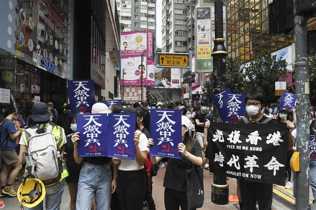 國安幕僚26日說,不會放棄香港,也會堅守台灣的國家利益,這是基本原則。圖為港人24日銅鑼灣示威,抗議港版國安法。(共同社提供)