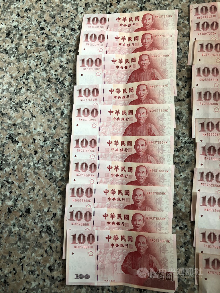 曾姓男子24日上午騎乘懸掛失竊車牌的機車在雲林縣西螺鎮犯案,警方成立專案小組迅速破案,並在曾男身上起出連號的新鈔,成為犯罪的鐵證。(警方提供) 中央社記者姜宜菁傳真 109年5月26日
