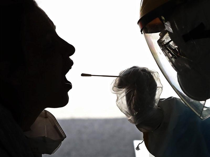 中國國家疾控中心主任高福25日表示,被指為武漢肺炎疫情爆發地的武漢華南海鮮批發市場可能並非源頭。圖為新型冠狀病毒採檢情況。(中新社提供)