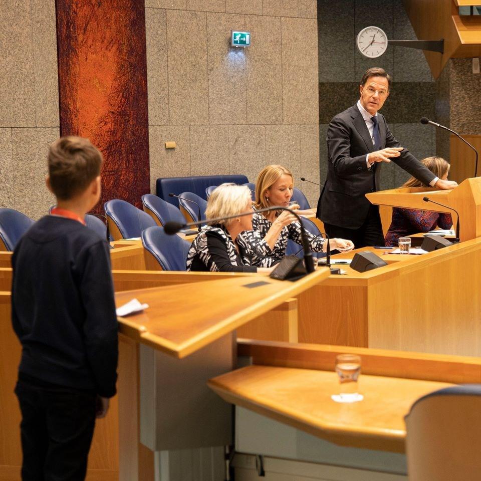 荷蘭總理辦公室25日表示,總理呂特(右立者)因遵守防疫限制,無法在母親臨終前最後數週予以探視。(圖取自facebook.com/markrutte)