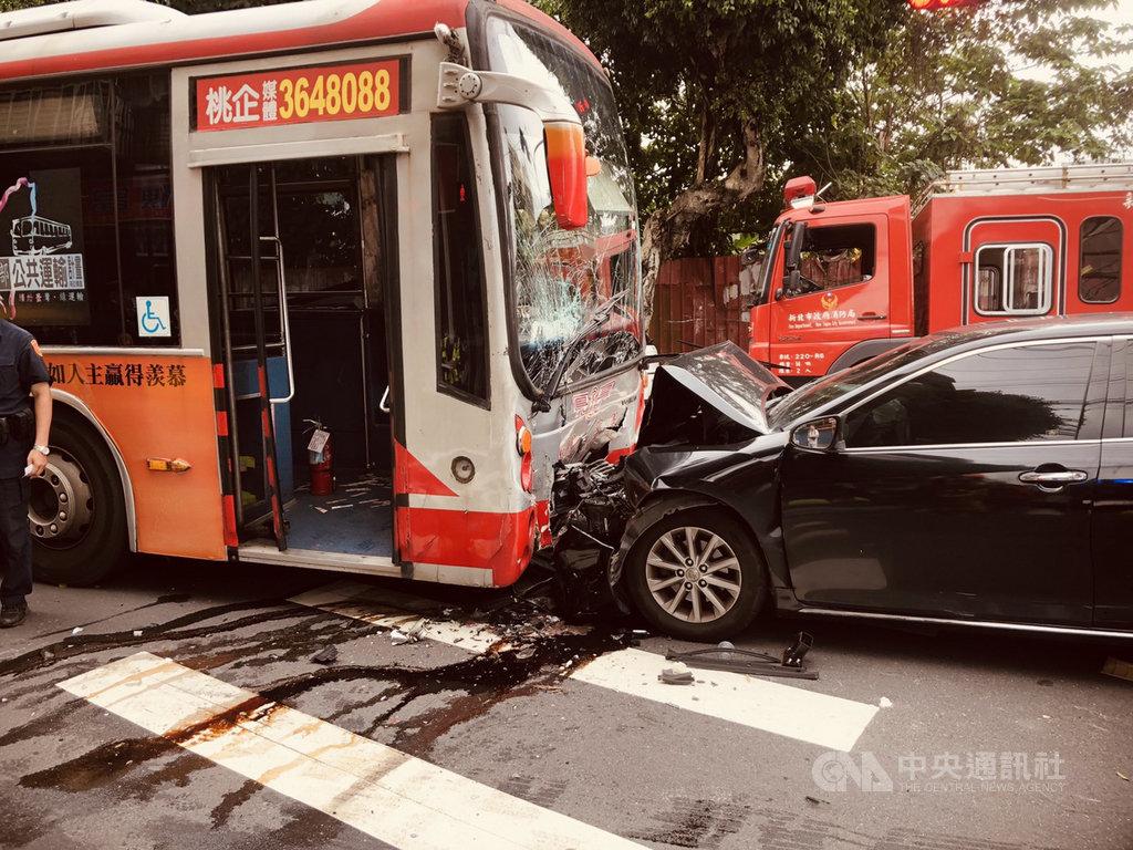 新北市土城區中央路一段27日下午發生公車與轎車相撞事故,轎車車頭全毀,車內駕駛及乘客共2人送醫。(民眾提供)中央社記者黃旭昇新北傳真  109年5月27日