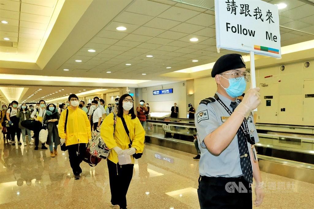 94名國人與2名俄籍配偶26日從俄羅斯飛抵日本並轉機返台,桃園國際機場國境單位人員表示,有9人在2週內曾出現呼吸道症狀。圖為26日旅客們在機場採檢後,出發前往檢疫所集中隔離檢疫。中央社記者吳睿騏桃園機場攝 109年5月26日