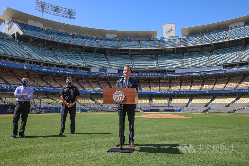 美國洛杉磯市長賈西迪(Eric Garcetti)(前)26日在洛杉磯道奇隊的棒球場草皮上,宣布設置在球場外停車場的篩檢站啟用。(市長辦公室提供)中央社記者林宏翰洛杉磯傳真 109年5月27日