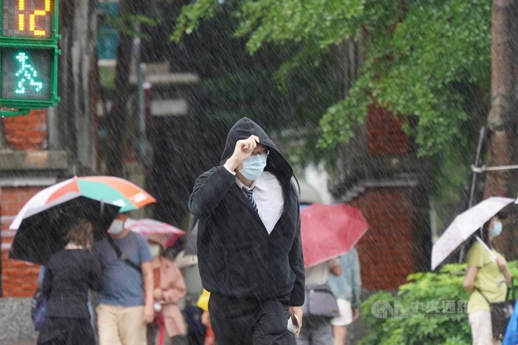 中央氣象局表示,27日入夜後雨勢會稍微緩和,但28日仍受到鋒面影響,還是會下雨。(中央社檔案照片)