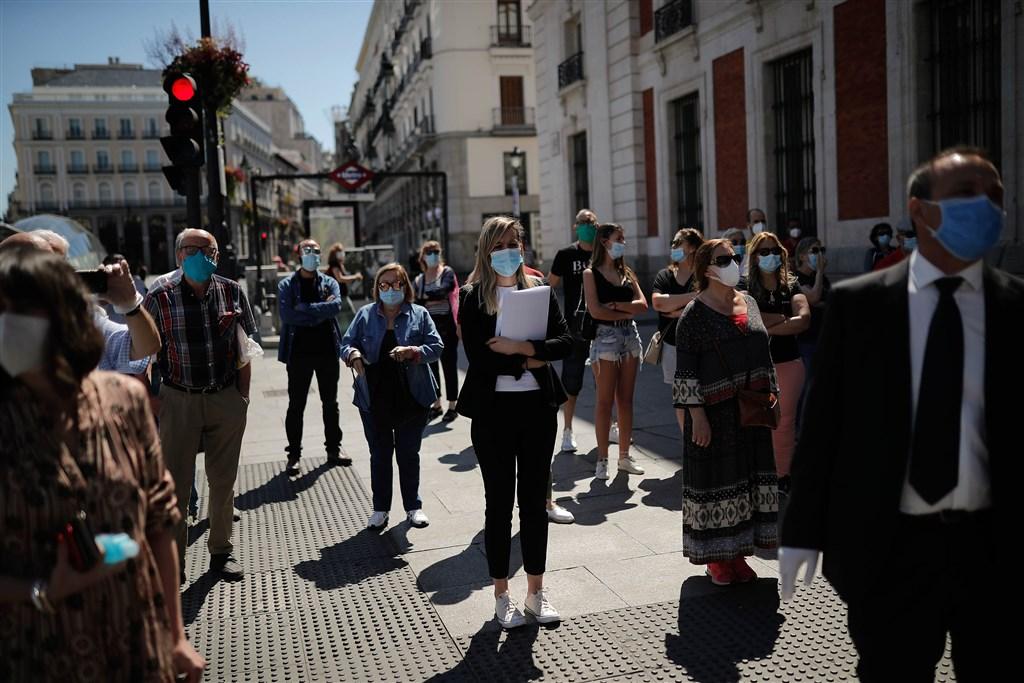 西班牙總理桑傑士14日宣布,21日起將恢復與歐洲聯盟成員國間的自由旅行,但到7月1日仍維持與葡萄牙陸地邊界關閉。圖為西班牙民眾戴口罩防疫。(安納杜魯新聞社提供)