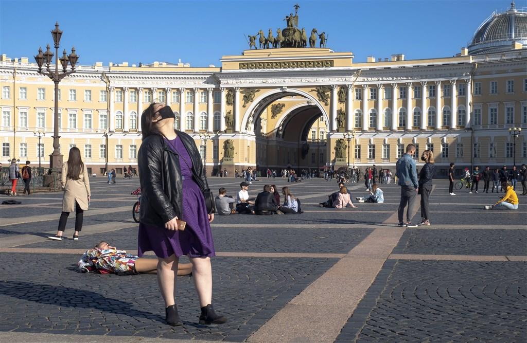 俄羅斯當局26日通報,武漢肺炎新增174例死亡,創下俄羅斯爆發疫情以來單日新增死亡病例最高紀錄,累計染疫不治患者達到3807人。圖為24日俄羅斯聖彼得堡冬宮廣場景象。(美聯社)