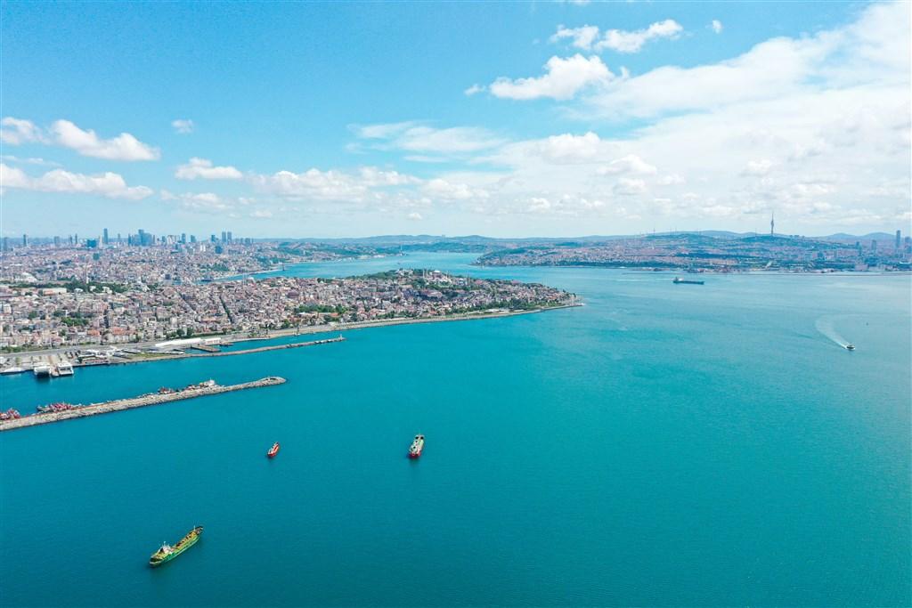 26日強風暴雨後,歐亞大陸天然分界的博斯普魯斯海峽水色變成「土耳其藍」。(安納杜魯新聞社提供)