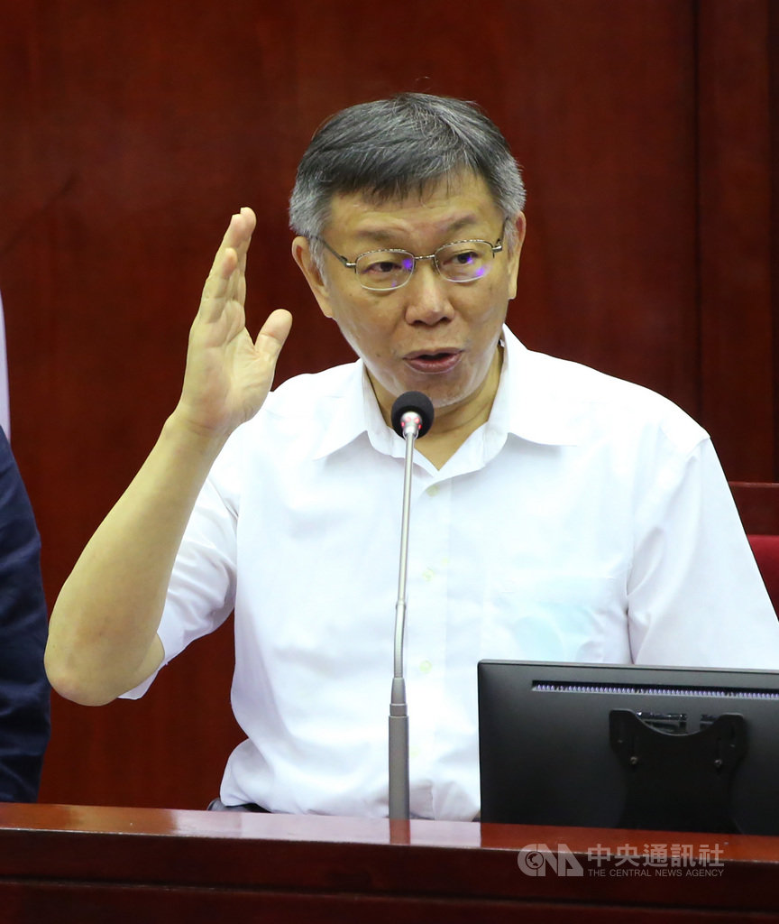 台北市長柯文哲(圖)27日率市府團隊至台北市議會,針對總預算第一次追加(減)報告。被問及是否邀中央流行疫情指揮中心指揮官陳時中推廣北市時,柯文哲表示,陳時中一直都在台北,就是最好的廣告。中央社記者鄭傑文攝 109年5月27日