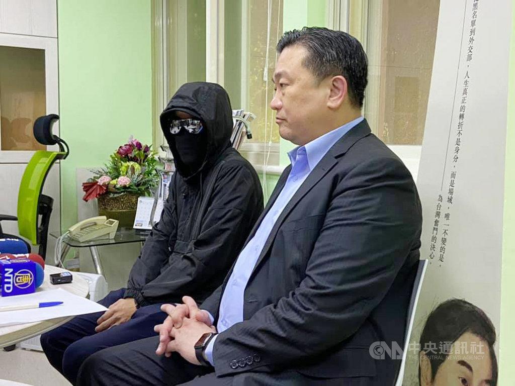 民進黨立委王定宇(右)28日與一名曾參與運動的香港抗爭者(左)舉行記者會。媒體詢問,面對警察的暴力時是否感到害怕;抗爭者表示,「我更害怕沒有自由啊」。中央社記者陳俊華攝  109年5月28日
