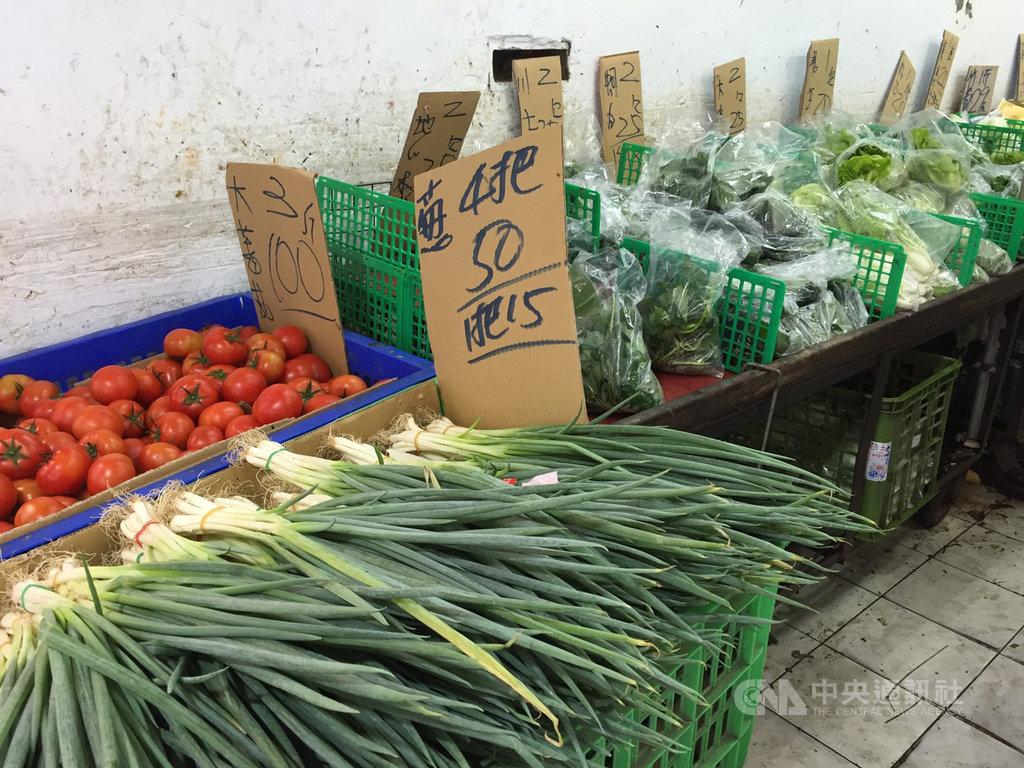 受豪雨影響,台北果菜批發市場葉菜類交易均價持續攀升,28日對比19日下雨前漲幅近4成,不過傳統市場零售價仍親民,短期葉菜類2包25元仍居多,青蔥4把50元。中央社記者楊淑閔攝 109年5月28日