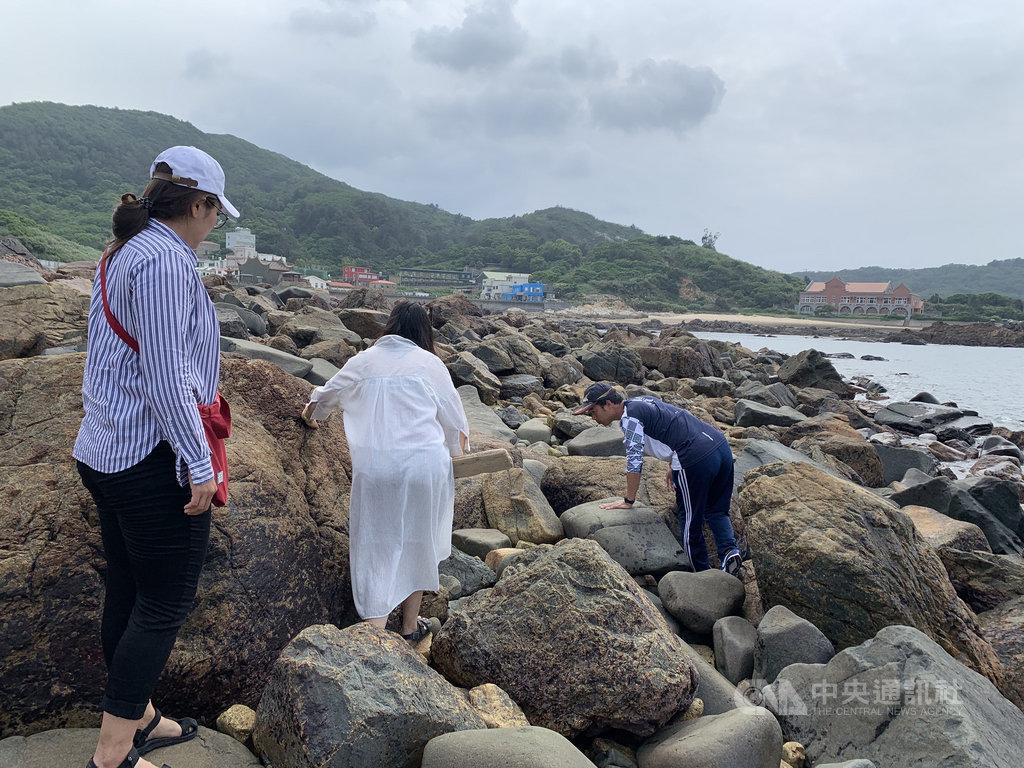 馬祖磯釣協會成員陳沐雄(右)是釣魚好手,常在釣魚時順便採集螺貝類,帶領馬祖青年在珠螺海域學習討沰,體驗海洋生物的尋寶樂趣與知識探索。 中央社記者邱筠攝 109年5月28日