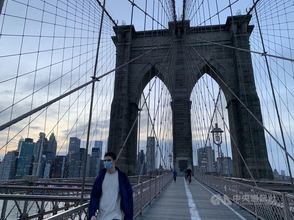 紐約都會區是全美武漢肺炎疫情重災區,民眾普遍配合防疫規定待在家,熱門景點布魯克林大橋人行步道變得冷清。中央社記者尹俊傑紐約攝 109年5月6日