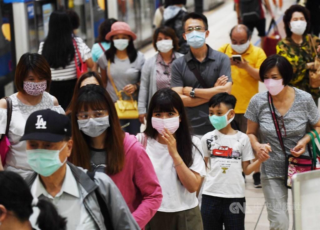 行政院長蘇貞昌28日說,疫情爆發第一時間,政府超前部署,有效控制疫情,經濟上所受衝擊也相對其他國家小。圖為北市民眾搭捷運戴口罩。(中央社檔案照片)