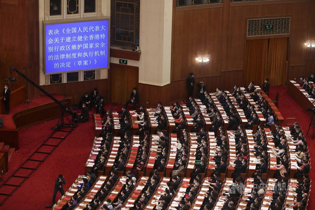 中國第13屆全國人民代表大會第三次會議28日在北京人民大會堂舉行閉幕式。會議表決通過「全國人民代表大會關於建立健全香港特別行政區維護國家安全的法律制度和執行機制的決定」,授權制定港版國安法。(中新社提供)中央社  109年5月28日