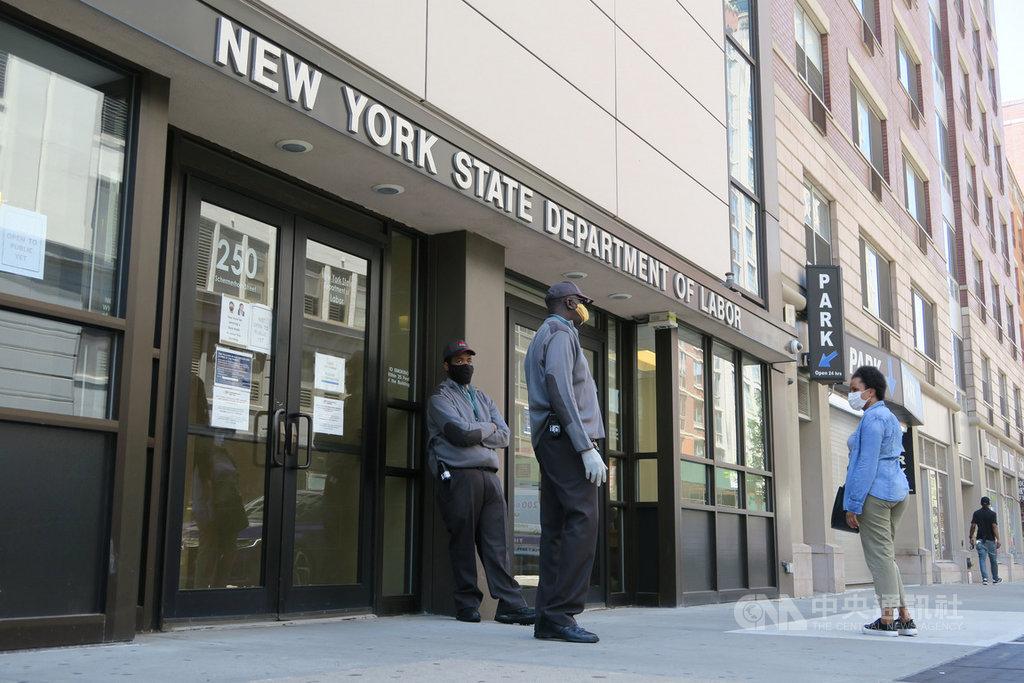 美國勞工部28日公布,上週212萬人初次申請失業給付,10週來超過4000萬人遞件。圖為民眾在紐約州勞工廳布魯克林城區辦公室外諮詢。中央社記者尹俊傑紐約攝  109年5月28日