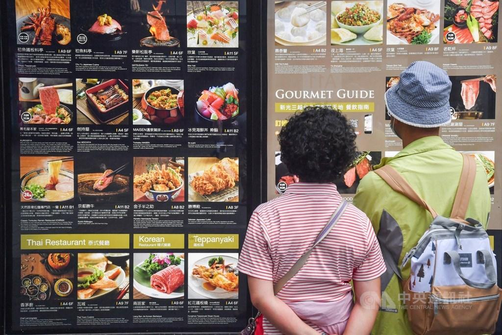 台灣創下連續零確診紀錄,中央流行疫情指揮中心鼓勵民眾力行防疫新生活運動,落實個人衛生防護,並可多前往配合防疫措施的店家消費。中央社記者林俊耀攝 109年5月8日