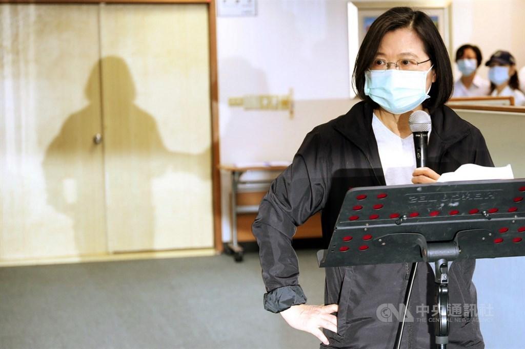 民進黨主席蔡英文(圖)27日出席中央黨部中執會時,向媒體宣布已與閣揆蘇貞昌討論達成共識,由行政院組一個專案,對香港的朋友提出人道救援行動方案。中央社記者吳家昇攝 109年5月27日