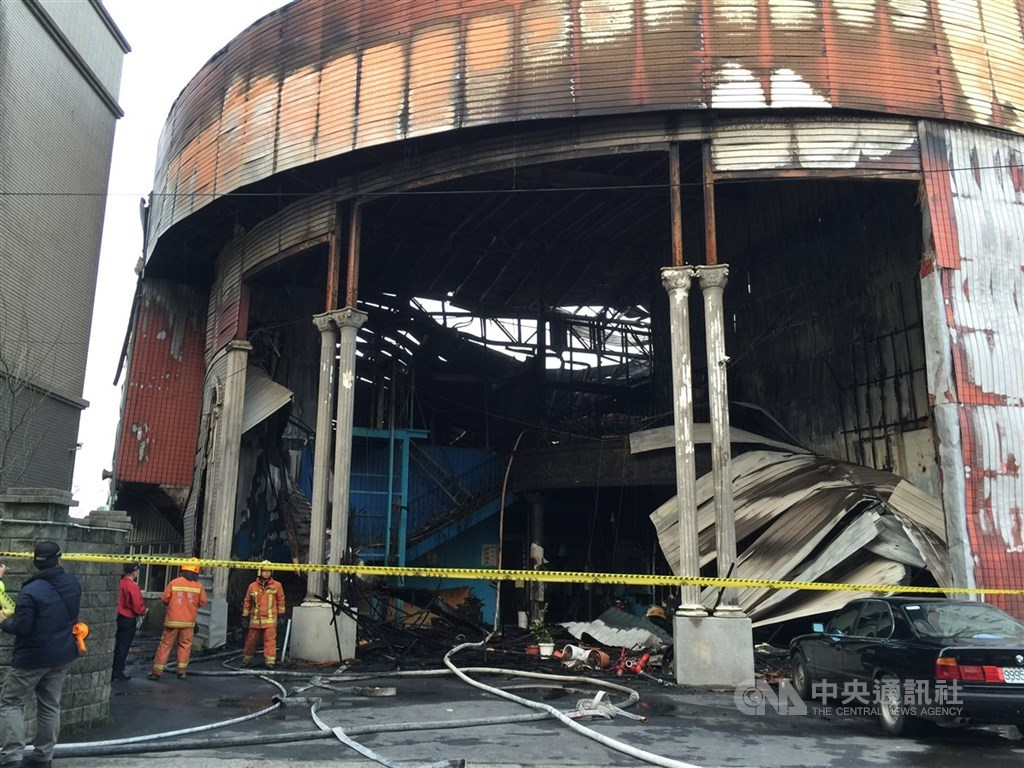 桃園市新屋區亞洲保齡球館104年1月20日凌晨發生火災,6消防人員葬身火窟。(中央社檔案照片)