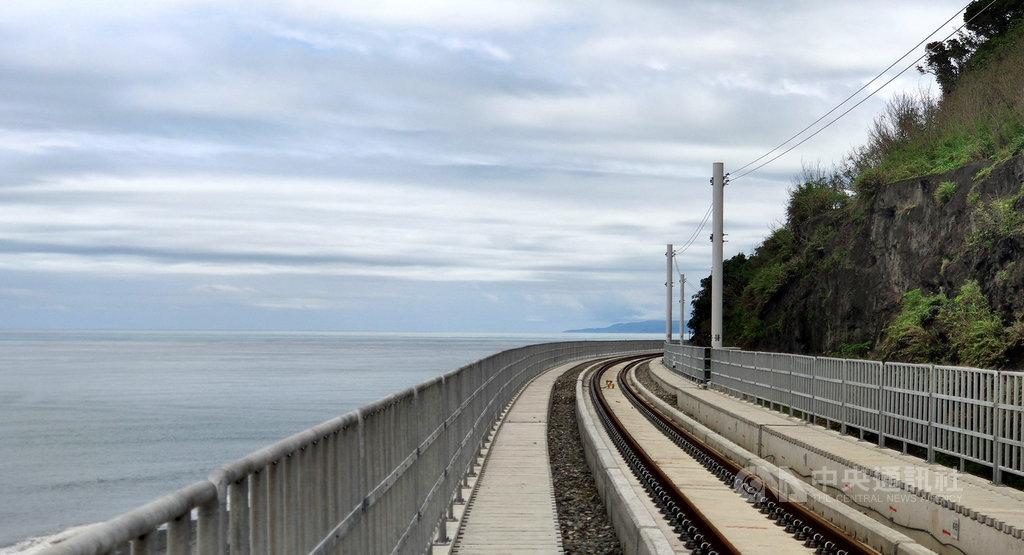 環島鐵路電氣化最後一哩路台東段,其中多良段2.7公里改道,沿著海邊架設高架鐵道,銜接「最美火車站」多良車站,一旁是太平洋,另一側是山脈,依山傍水,景色優美。中央社記者盧太城攝 109年5月28日