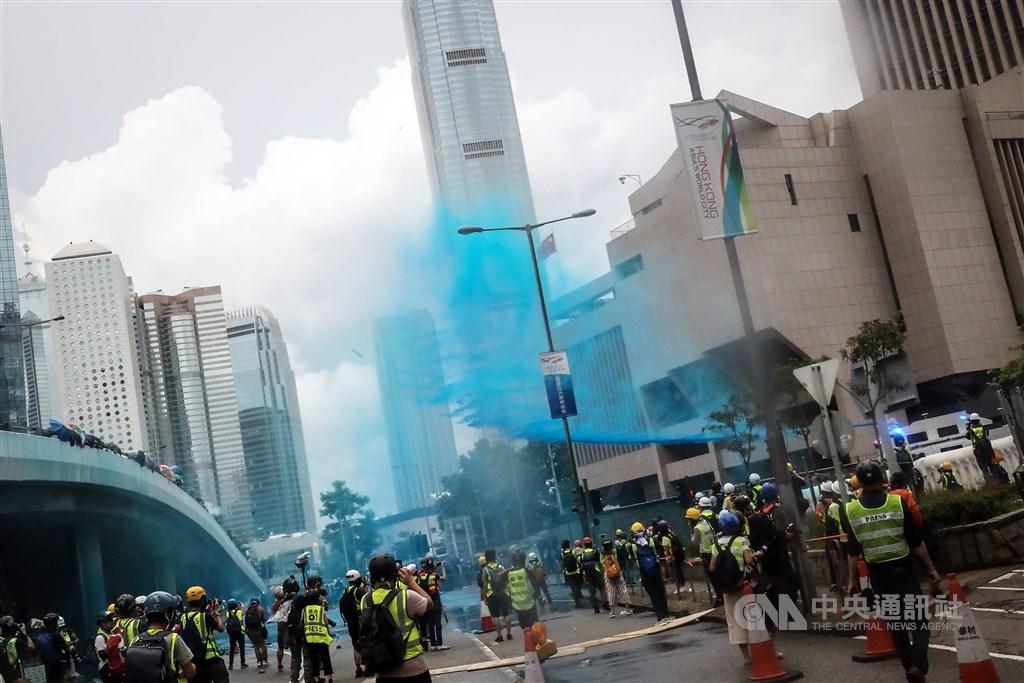 英國通訊管理局調查發現,中國國有的中國環球電視網(CGTN)2019年報導香港抗爭相關新聞時,角度嚴重偏頗。圖為2019年831反送中,警方出動水砲車朝示威群眾噴灑藍色液體。(中央社檔案照片)