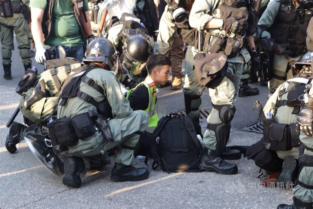 中國國務院港澳辦主任、全國政協副主席夏寶龍27日聲稱,中國中央制定「港版國安法」,是因為香港「非法占中、旺暴(旺角事件)到黑暴(反送中)已觸碰了中央底線。圖為2019年反送中港警逮捕示威者。(中央社檔案照片)