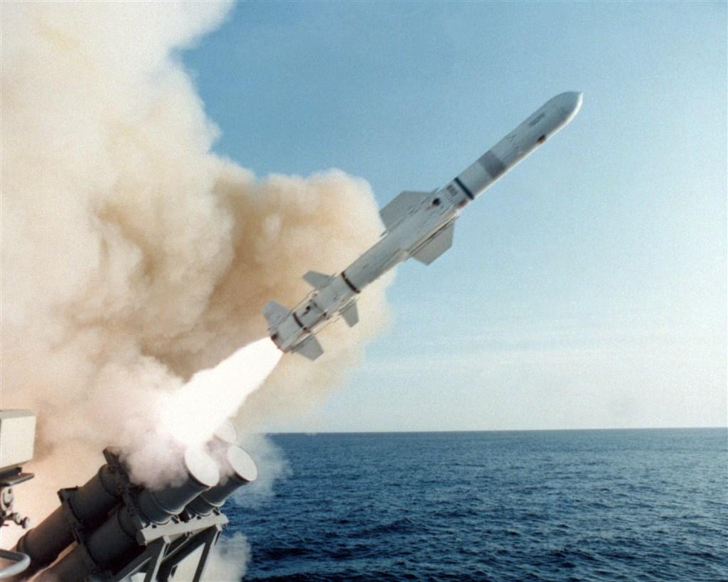 國防部28日證實,國軍規劃向美採購配備魚叉反艦飛彈的「岸防巡航飛彈系統」,將部署在海軍海鋒大隊。圖為軍艦發射魚叉飛彈。(圖取自波音公司官網boeing.com)