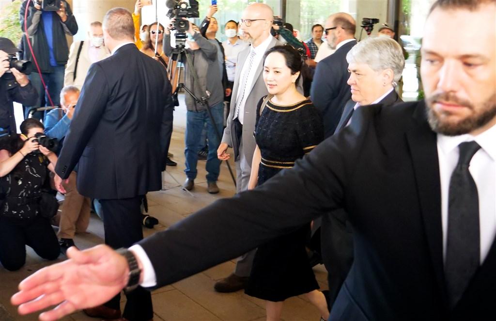 加拿大法院27日裁決華為財務長孟晚舟(前右3)涉及犯行符合雙重犯罪,引渡程序繼續進行。圖為孟晚舟聽完宣判離開法院。(安納杜魯新聞社提供)