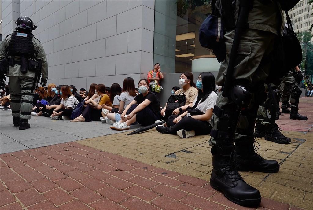 英國外相拉布28日表示,除非中國中止強推香港版國安法,否則將針對持有英國國民海外護照香港民眾放寬簽證權。有國會議員認為政府應該一步到位,直接讓香港人取得居留權。圖為香港立法會27日恢復二讀辯論「國歌條例草案」,民眾包圍議會抗議遭港警逮捕。(美聯社)