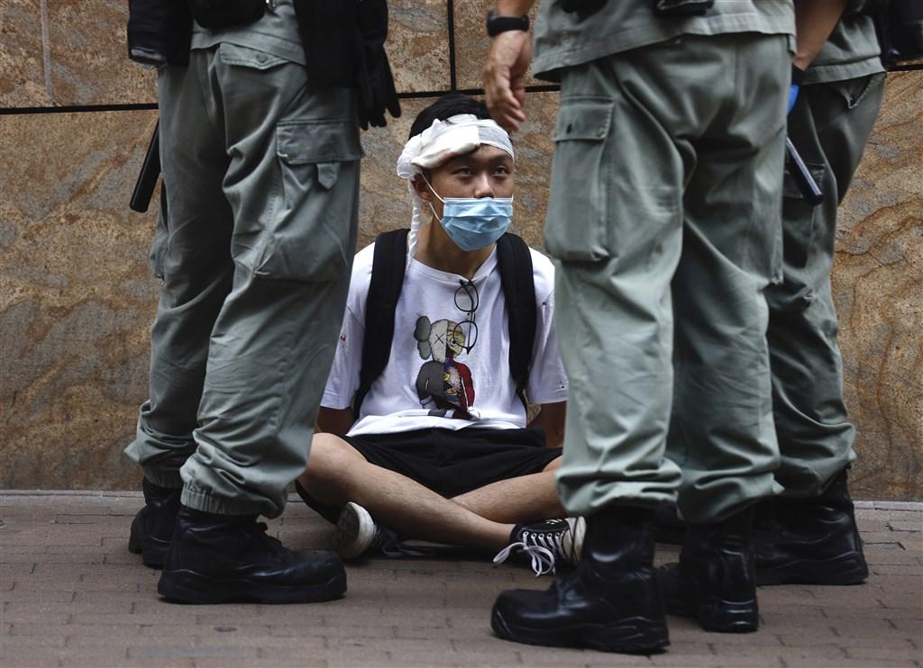 無視香港多數民意及國際社會反對聲浪,中國全國人大常委會6月30日全票通過「港區國安法」,7月1日生效。外交部對此表達嚴厲譴責。圖為香港抗議「國歌條例草案」民眾與港警對峙。(美聯社)