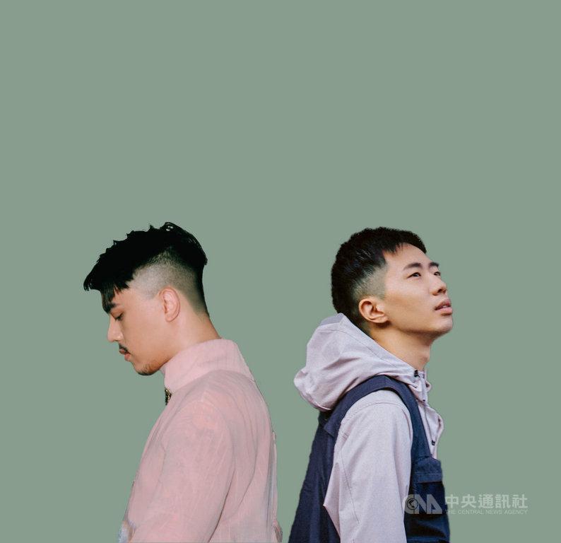 歌手鄭興(右)推出新專輯「眼淚博物館」,新歌「陽台」找來歌手HUSH(左)合作。(洗耳恭聽與相知音樂提供)中央社記者王心妤傳真 109年5月28日