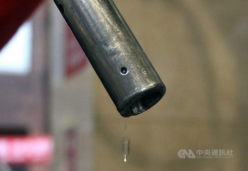 根據中油浮動油價公式,估汽、柴油6月1日凌晨零時起將分別調漲新台幣1.1元、0.9元,92無鉛汽油重回20元以上水準,每公升20.7元,創近3個月來新高。(中央社檔案照片)