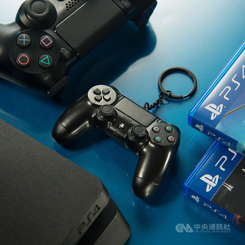 悠遊卡公司宣布取得授權,將推出遊戲主機PS4的手把DS4造型悠遊卡,感應時還會發出藍光,限量2萬8000個,電玩迷可把握機會收藏,6月3日開放預購。(悠遊卡公司提供)中央社記者陳怡璇傳真 109年5月29日
