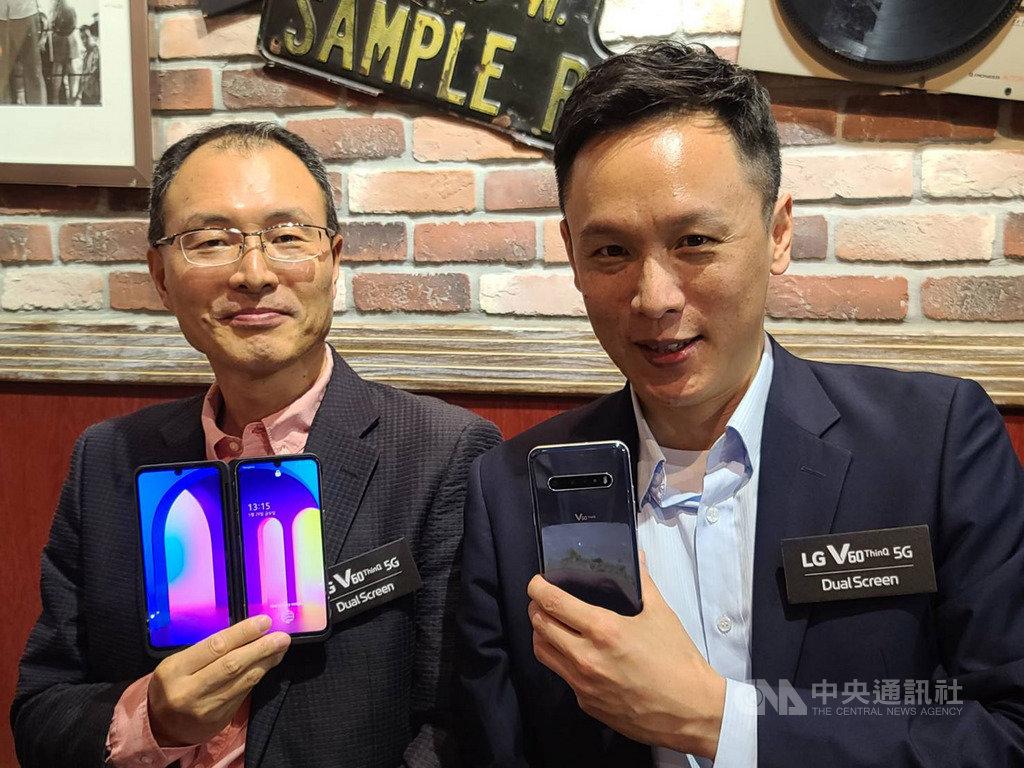 備戰5G換機潮,台灣LG電子29日在台推出首款5G雙螢幕手機,目標全年銷售年成長50%以上。圖左為台灣LG電子董事長宋益煥、右為台灣LG電子電信通路營業部協理陳逸思。中央社記者江明晏攝  109年5月29日