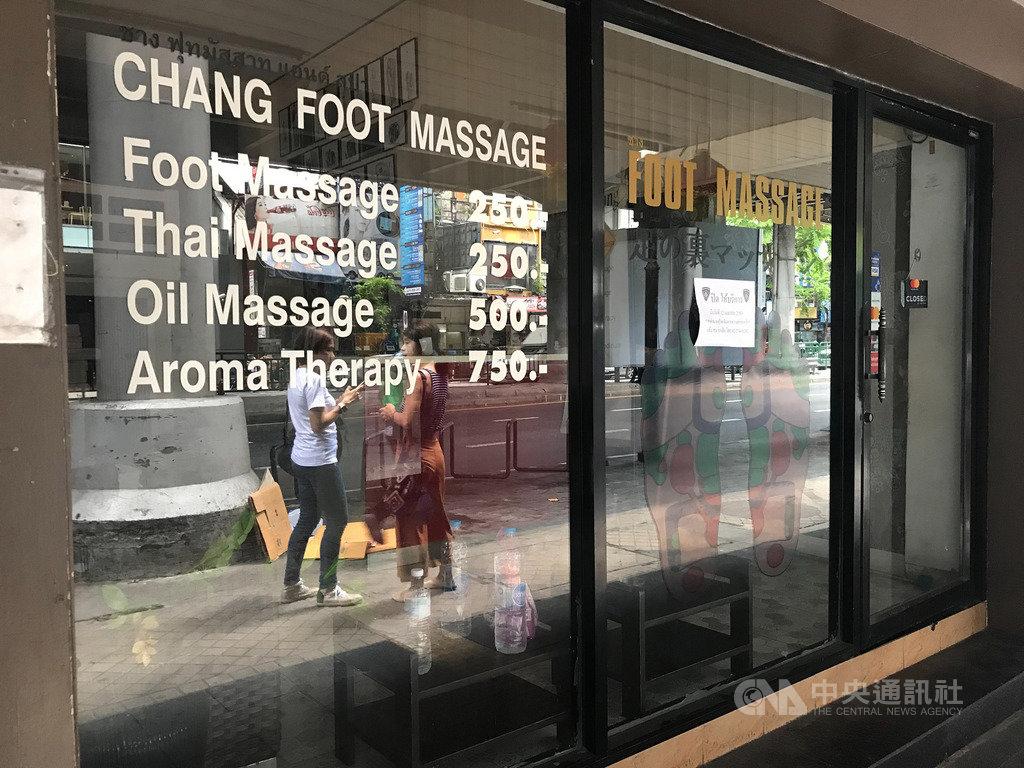 泰國疫情趨緩,疫情指揮中心宣布6月1日進行第3波解禁,允許電影院、按摩店、健身房、會展中心等開放營業。圖為曼谷席隆區關門的按摩店。中央社記者呂欣憓曼谷攝 109年5月29日