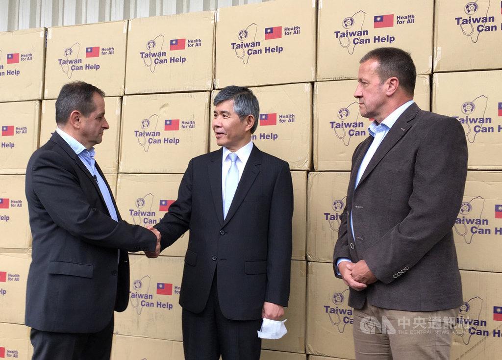 匈牙利外交貿易部次長布岱(左)向駐匈牙利代表張雲屏(中)致謝,感謝台灣捐贈口罩,國會友台小組主席提巴(右)到場見證。(駐匈牙利代表處提供)中央社記者林育立柏林傳真 109年5月29日